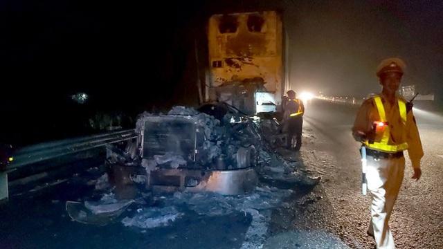 Kinh hãi cảnh xe đầu kéo cháy thành than trên cao tốc TP.HCM-Trung Lương - Ảnh 1.