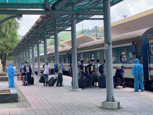 Hơn 150 chuyên gia Trung Quốc đến Quảng Ngãi bằng chuyến tàu đặc biệt - Ảnh 1.