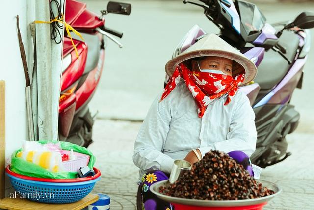 Hàng ốc xào kỳ lạ nhất Sài Gòn chỉ bán 1 món suốt 2 đời, giá tận 120k/lon ốc toàn nhà giàu hay giới sành ăn mới dám mua ship thẳng luôn sang Mỹ - Ảnh 14.