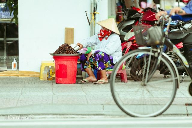 Hàng ốc xào kỳ lạ nhất Sài Gòn chỉ bán 1 món suốt 2 đời, giá tận 120k/lon ốc toàn nhà giàu hay giới sành ăn mới dám mua ship thẳng luôn sang Mỹ - Ảnh 21.