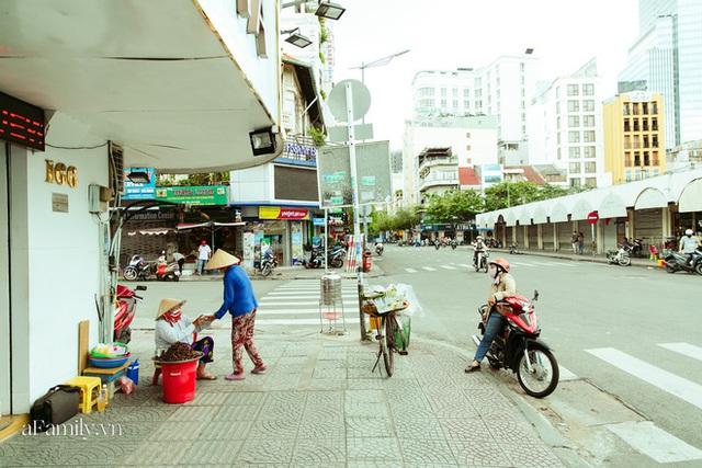 Hàng ốc xào kỳ lạ nhất Sài Gòn chỉ bán 1 món suốt 2 đời, giá tận 120k/lon ốc toàn nhà giàu hay giới sành ăn mới dám mua ship thẳng luôn sang Mỹ - Ảnh 23.