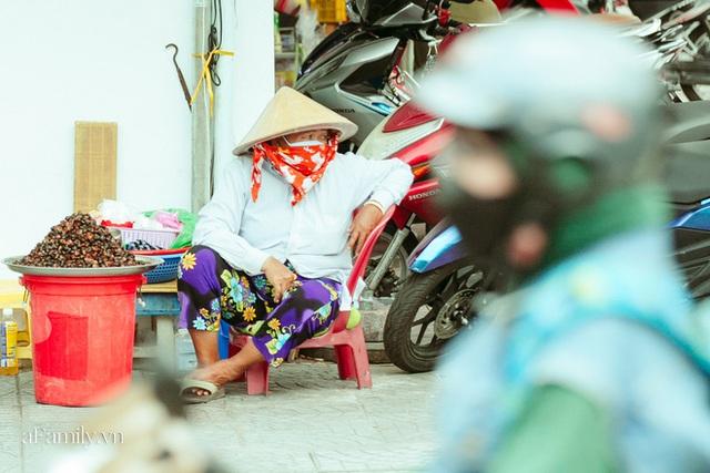 Hàng ốc xào kỳ lạ nhất Sài Gòn chỉ bán 1 món suốt 2 đời, giá tận 120k/lon ốc toàn nhà giàu hay giới sành ăn mới dám mua ship thẳng luôn sang Mỹ - Ảnh 9.