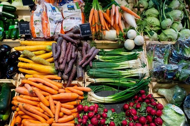 Nhân viên siêu thị tiết lộ về độ tươi ngon của rau củ quả: Có khi để cả năm, chưa rửa đã xếp lên kệ - Ảnh 1.