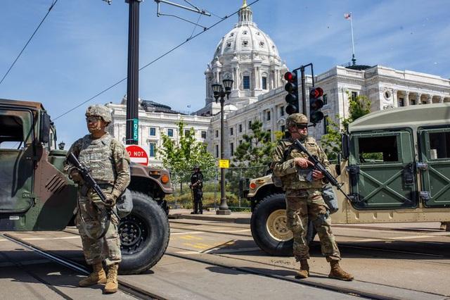 Biểu tình bạo lực xảy ra trên khắp nước Mỹ, ông Trump đe dọa dùng tới quân đội - Ảnh 1.