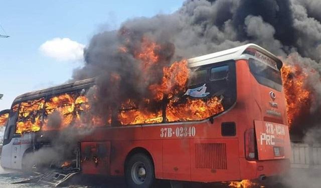 Xe giường nằm bốc cháy dữ dội giữa trưa nắng, 18 hành khách thoát chết  - Ảnh 2.
