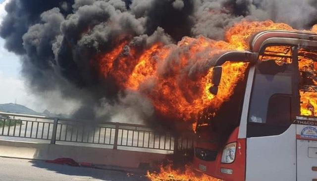 Xe giường nằm bốc cháy dữ dội giữa trưa nắng, 18 hành khách thoát chết  - Ảnh 4.