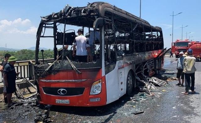 Xe giường nằm bốc cháy dữ dội giữa trưa nắng, 18 hành khách thoát chết  - Ảnh 6.