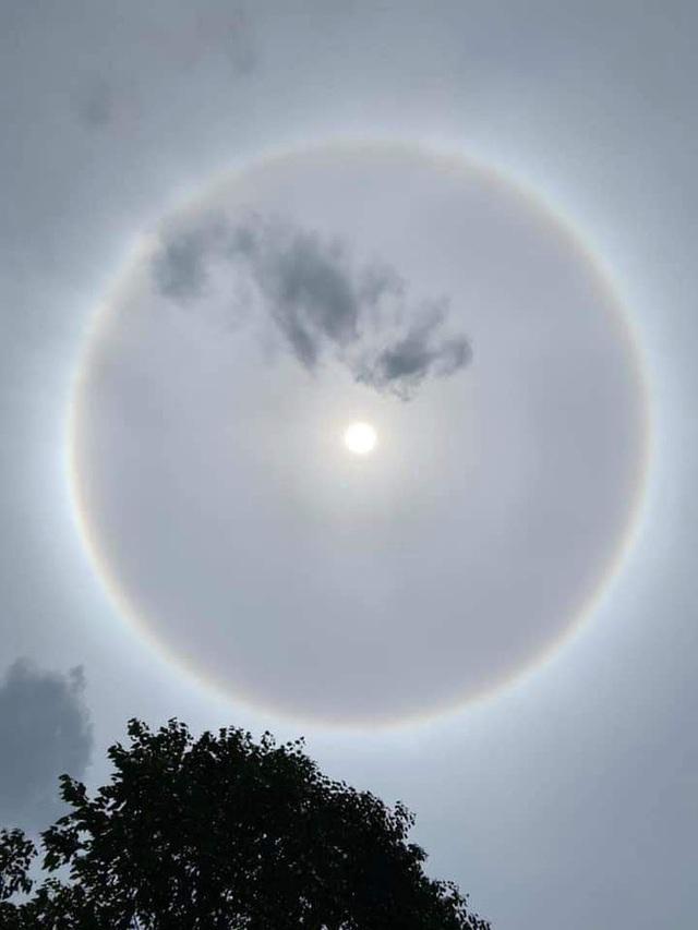 """Hiếm hoi lắm mới xuất hiện tại Việt Nam, đây là hiện tượng nhật thực """"vòng lửa"""" được dân mạng từ khắp nơi chụp lại được trong chiều nay - Ảnh 1."""