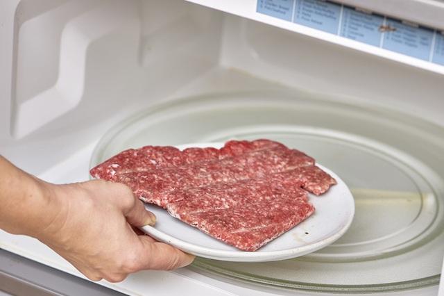 2 cách rã đông thịt hoàn toàn sai nhưng nhiều người vẫn hay làm vì không biết, vô tình có thể khiến vi khuẩn sinh sôi nhiều hơn ở thịt  - Ảnh 4.