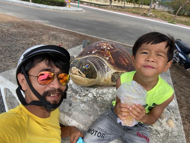 """Ông bố Hà Nội bỏ việc vì nghiện con: Cùng con """"đi đu đưa"""" từ 6 tháng tuổi, 3 tuổi đã """"thả"""" con đi khám phá đảo hoang, cứu hộ rùa - Ảnh 5."""