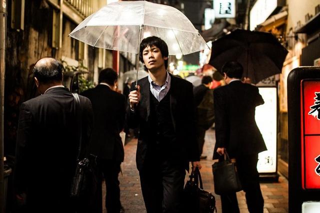 Bộ ảnh đáng sợ về cuộc sống của dân công sở Nhật: Say xỉn là nghĩa vụ, làm việc như máy và thờ ơ với tình dục - Ảnh 1.