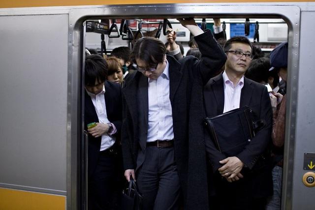 Bộ ảnh đáng sợ về cuộc sống của dân công sở Nhật: Say xỉn là nghĩa vụ, làm việc như máy và thờ ơ với tình dục - Ảnh 12.