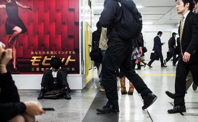 Bộ ảnh đáng sợ về cuộc sống của dân công sở Nhật: Say xỉn là nghĩa vụ, làm việc như máy và thờ ơ với tình dục - Ảnh 13.
