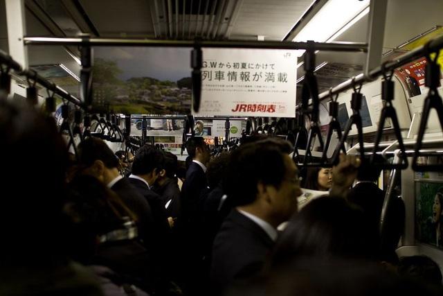 Bộ ảnh đáng sợ về cuộc sống của dân công sở Nhật: Say xỉn là nghĩa vụ, làm việc như máy và thờ ơ với tình dục - Ảnh 14.