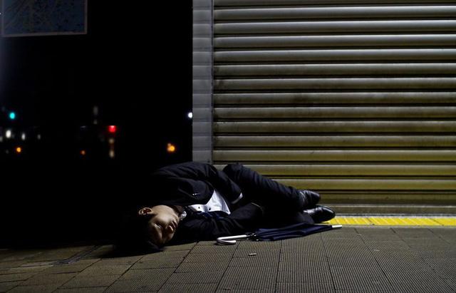 Bộ ảnh đáng sợ về cuộc sống của dân công sở Nhật: Say xỉn là nghĩa vụ, làm việc như máy và thờ ơ với tình dục - Ảnh 3.