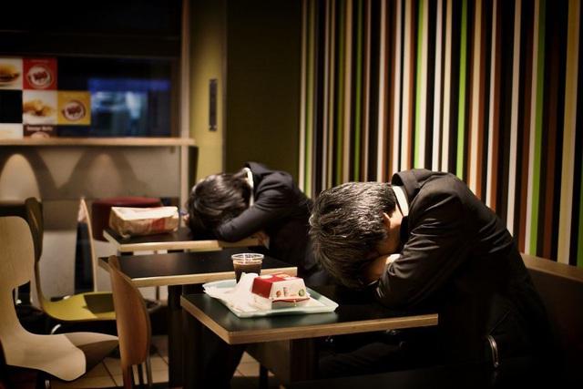 Bộ ảnh đáng sợ về cuộc sống của dân công sở Nhật: Say xỉn là nghĩa vụ, làm việc như máy và thờ ơ với tình dục - Ảnh 4.