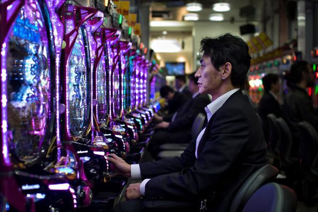 Bộ ảnh đáng sợ về cuộc sống của dân công sở Nhật: Say xỉn là nghĩa vụ, làm việc như máy và thờ ơ với tình dục - Ảnh 5.