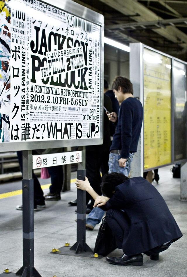 Bộ ảnh đáng sợ về cuộc sống của dân công sở Nhật: Say xỉn là nghĩa vụ, làm việc như máy và thờ ơ với tình dục - Ảnh 6.