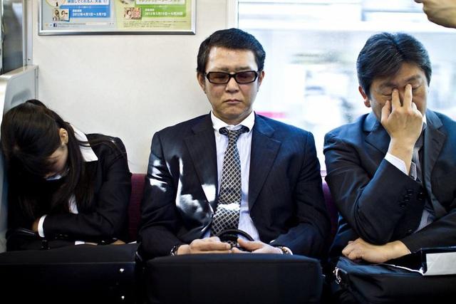 Bộ ảnh đáng sợ về cuộc sống của dân công sở Nhật: Say xỉn là nghĩa vụ, làm việc như máy và thờ ơ với tình dục - Ảnh 8.