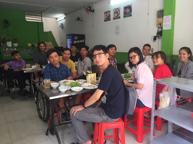 Rời vị trí quản lý nhân sự toàn cầu của tập đoàn hàng chục ngàn nhân viên, doanh nhân người Anh ở lại Việt Nam 20 năm để tạo công ăn việc làm về IT cho người khuyết tật - Ảnh 1.