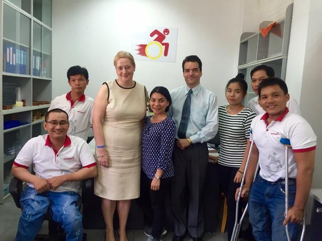 Rời vị trí quản lý nhân sự toàn cầu của tập đoàn hàng chục ngàn nhân viên, doanh nhân người Anh ở lại Việt Nam 20 năm để tạo công ăn việc làm về IT cho người khuyết tật - Ảnh 2.