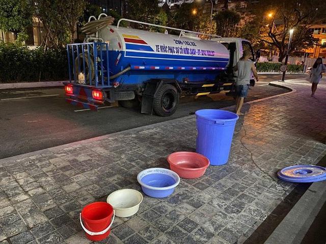 Nắng nóng 40 độ, cư dân chung cư cao cấp tại Hà Nội khổ sở vì bị cắt nước - Ảnh 2.