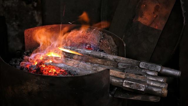 Phố Lò Rèn đỏ lửa trong ngày Hà Nội nóng 40 độ C - Ảnh 2.