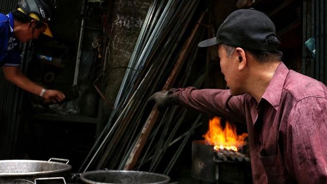 Phố Lò Rèn đỏ lửa trong ngày Hà Nội nóng 40 độ C - Ảnh 12.