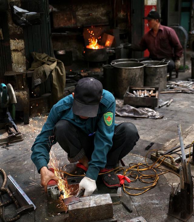Phố Lò Rèn đỏ lửa trong ngày Hà Nội nóng 40 độ C - Ảnh 3.