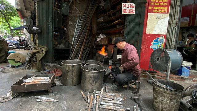 Phố Lò Rèn đỏ lửa trong ngày Hà Nội nóng 40 độ C - Ảnh 7.