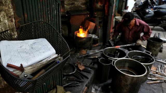 Phố Lò Rèn đỏ lửa trong ngày Hà Nội nóng 40 độ C - Ảnh 10.