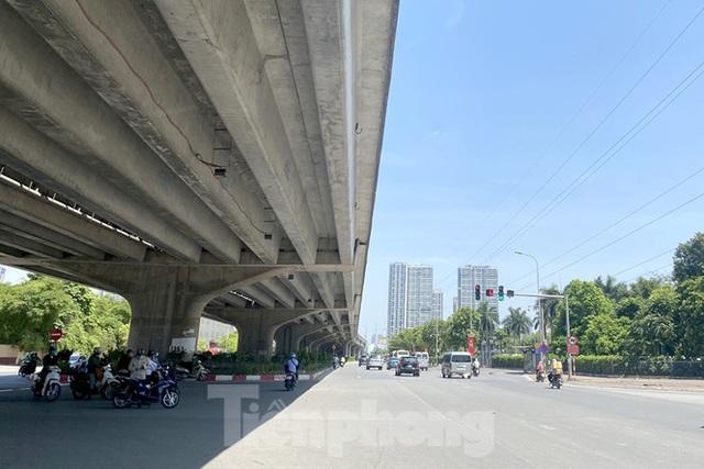 Nắng 50 độ C, đường Hà Nội vắng như chùa bà đanh - Ảnh 11.