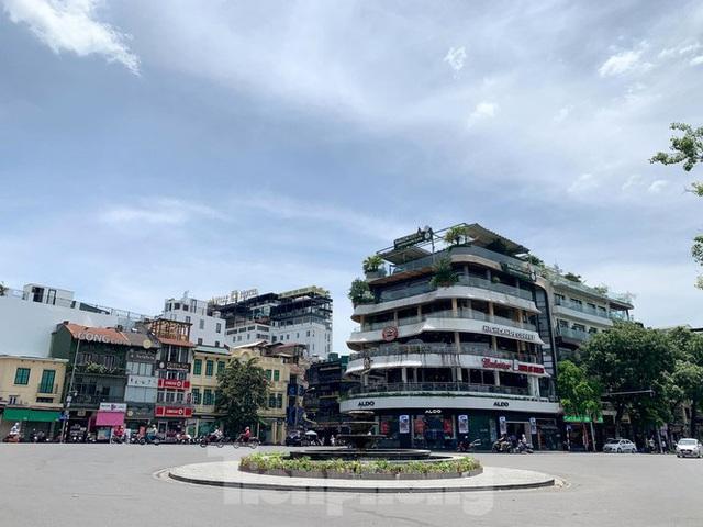 Nắng 50 độ C, đường Hà Nội vắng như chùa bà đanh - Ảnh 4.