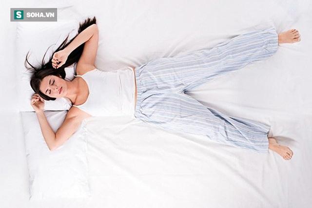 Bệnh đau lưng tấn công người trẻ nặng nề: 4 hành vi nhỏ bạn đang làm sai gây hậu quả - Ảnh 1.
