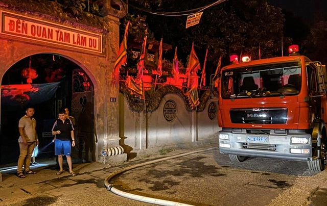 Hà Nội: Đền Quan Tam Lâm Du ở Long Biên cháy dữ dội trong đêm - Ảnh 2.