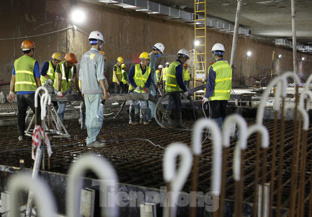 Trắng đêm đổ bê tông hợp long ga ngầm trên phố Kim Mã  - Ảnh 2.