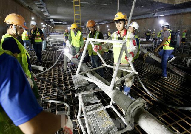 Trắng đêm đổ bê tông hợp long ga ngầm trên phố Kim Mã  - Ảnh 3.
