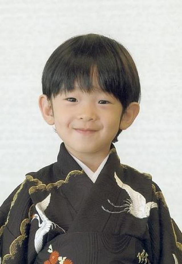 Những gương mặt nhí sinh ra đã đội vương miện trên đầu: Hoàng tử Anh đông fan từ bé, Hoàng tử Nhật lại không phải con trai của Thiên Hoàng - Ảnh 8.