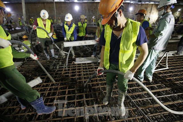 Trắng đêm đổ bê tông hợp long ga ngầm trên phố Kim Mã  - Ảnh 8.