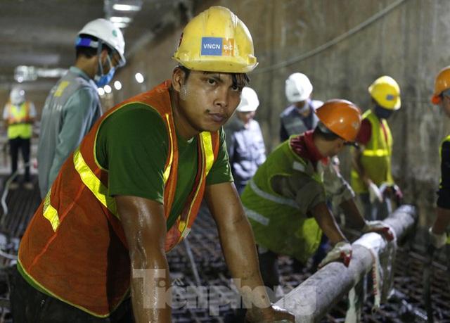 Trắng đêm đổ bê tông hợp long ga ngầm trên phố Kim Mã  - Ảnh 9.