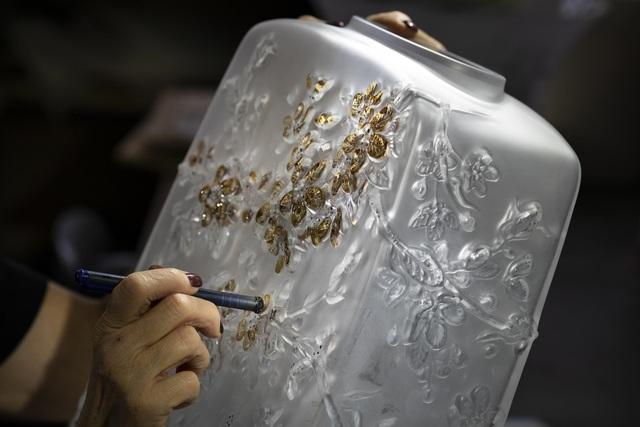 Các nghệ nhân lâu đời của nước Pháp lưu giữ khoảnh khắc hoa anh đào nở trên pha lê  - Ảnh 1.