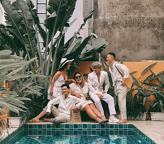 Bí quyết để có những tấm hình bên bể bơi như travel blogger: Du lịch thời nay, ngoài ăn chơi nghỉ dưỡng, đi về nhất định phải có ảnh đẹp!  - Ảnh 1.
