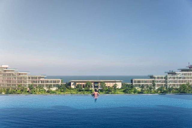 Bí quyết để có những tấm hình bên bể bơi như travel blogger: Du lịch thời nay, ngoài ăn chơi nghỉ dưỡng, đi về nhất định phải có ảnh đẹp!  - Ảnh 4.