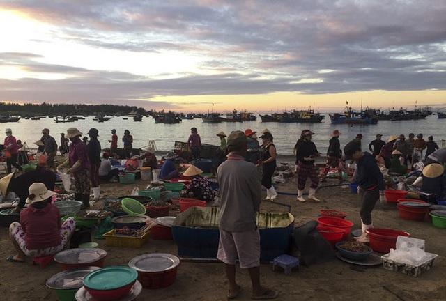 Chợ cá lúc bình minh bên đường Hoàng Sa - Ảnh 1.