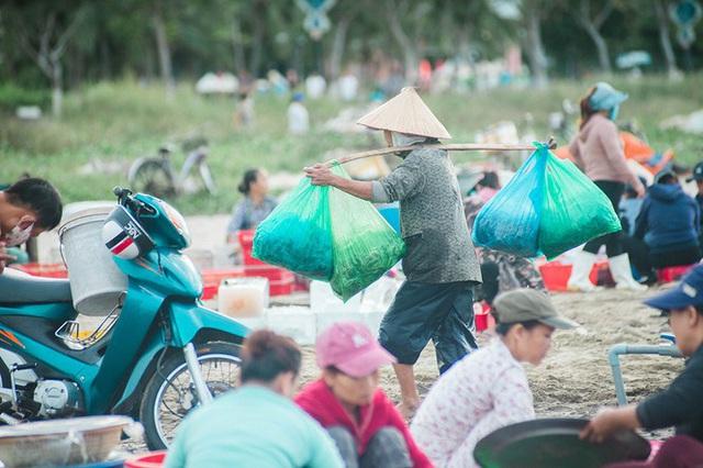 Chợ cá lúc bình minh bên đường Hoàng Sa - Ảnh 13.
