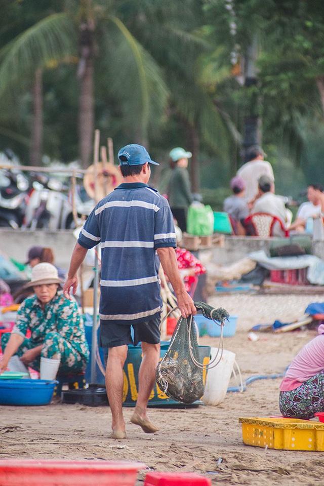 Chợ cá lúc bình minh bên đường Hoàng Sa - Ảnh 14.