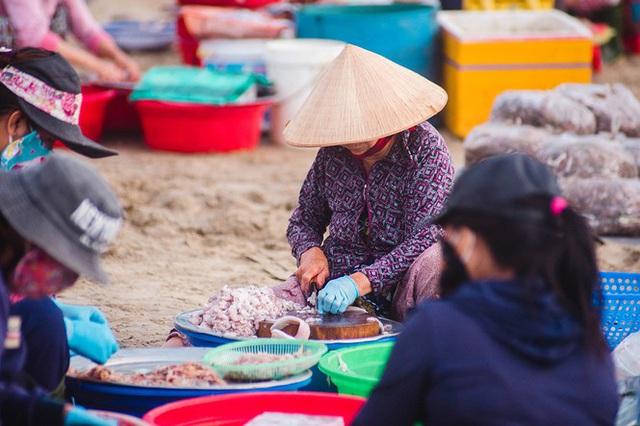 Chợ cá lúc bình minh bên đường Hoàng Sa - Ảnh 4.