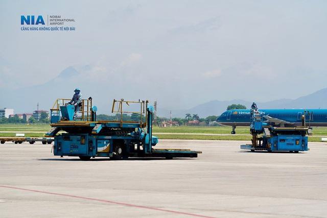 Ảnh: Nhân viên sân bay Nội Bài đẫm mồ hôi làm việc giữa nắng thiêu đốt - Ảnh 2.