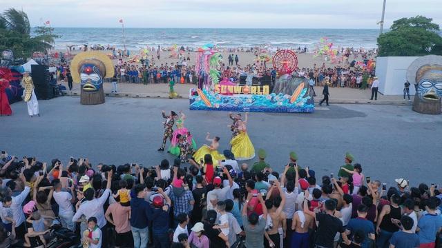 Sau Covid-19, du lịch Sầm Sơn bùng nổ với lễ hội Carnival đường phố - Ảnh 2.