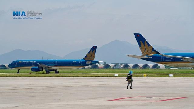 Ảnh: Nhân viên sân bay Nội Bài đẫm mồ hôi làm việc giữa nắng thiêu đốt - Ảnh 13.